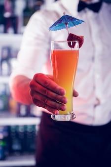 Barman, servindo um cocktail no bar