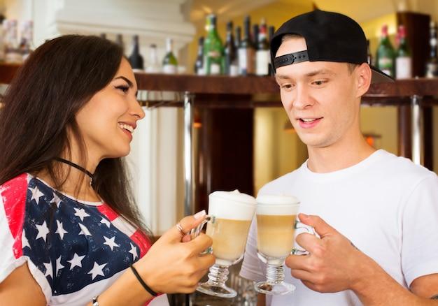 Barmen oferecendo café cappuccino