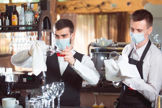 Barmen trabalhando no bar no restaurante