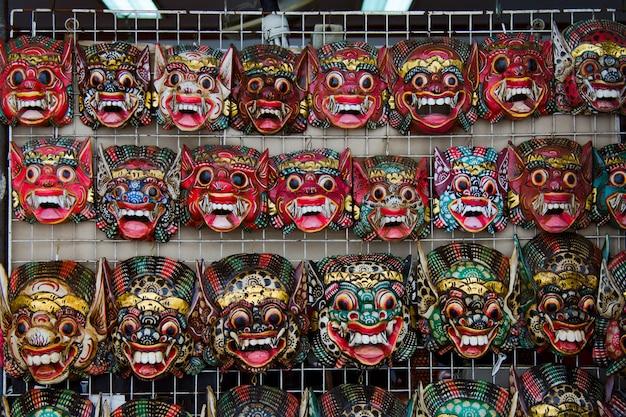 Barong tradicional vendem a máscara no mercado, em wat pho em banguecoque