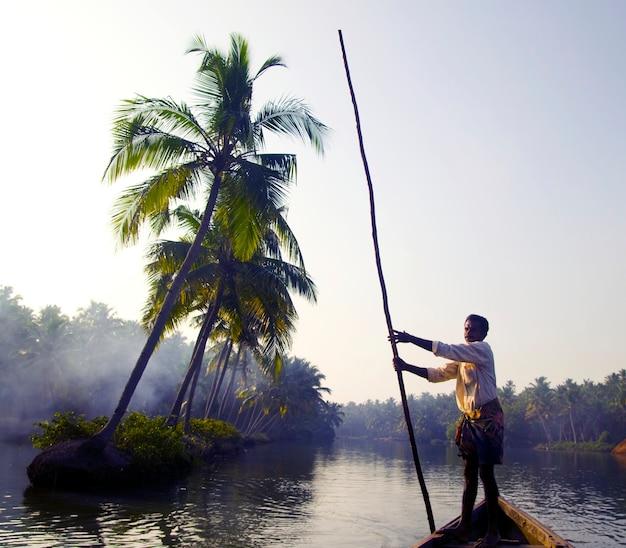Barqueiro indiano através dos remansos de kerala