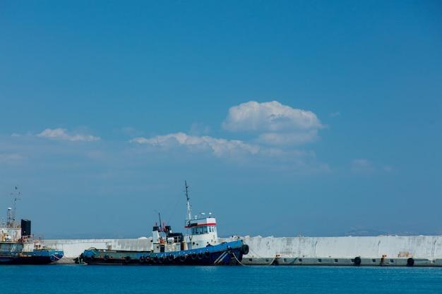Barquinhos azuis na baía