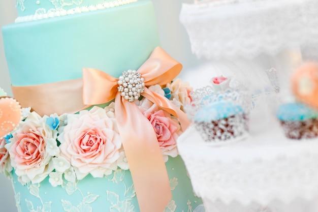 Barra de chocolate azul e bolo de casamento