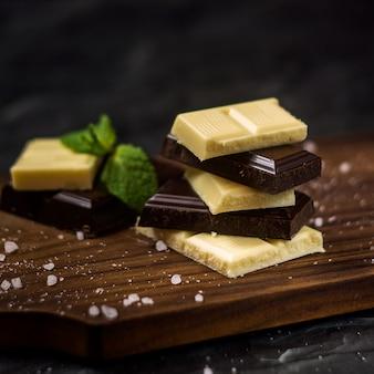 Barra de chocolate. chocolate preto e branco