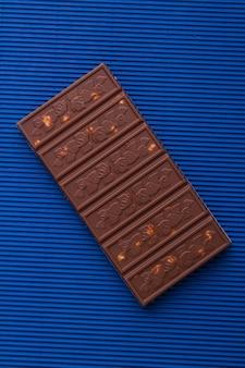 Barra de chocolate com avelã em shot vertical
