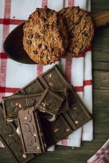 Barra de chocolate com biscoitos de aveia. vista do topo.