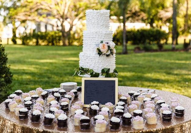Barra de chocolate com bolo e cupcakes na natureza