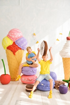 Barra de chocolate com doces. bolo, cookies, muffins cremosos, frutas frescas para aniversário comemorativo. decorações de aniversário.