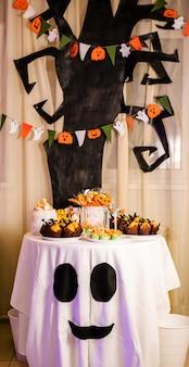 Barra de chocolate com guloseimas para a celebração do halloween