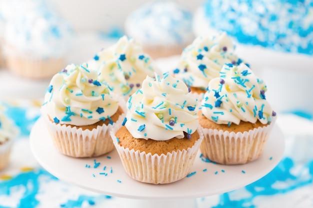 Barra de chocolate de aniversário. cupcakes de baunilha com creme de queijo branco