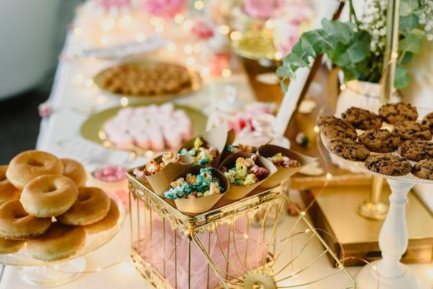 Barra de chocolate decorada belamente com doces em um evento do vintage.