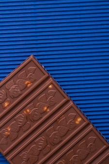 Barra de chocolate decorativa com avelãs em close-up