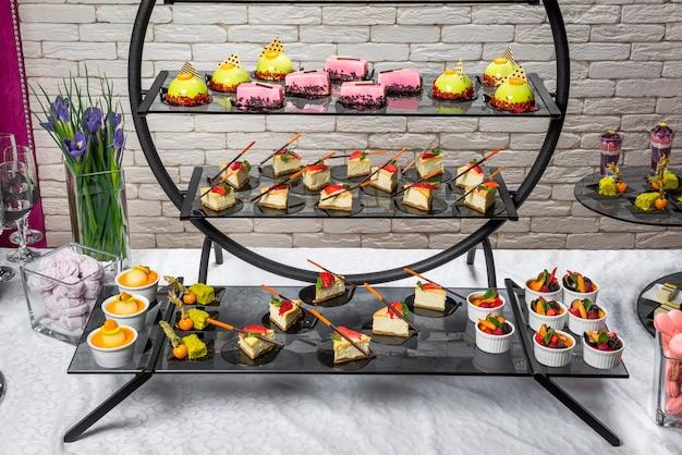 Barra de chocolate, deliciosas sobremesas de frutas em um restaurante