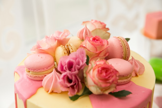 Barra de chocolate. doces. comida de férias. mesa doce para o casamento. se preparando para a festa. banquete de casamento. sorvete, bolos, biscoitos, bolos.