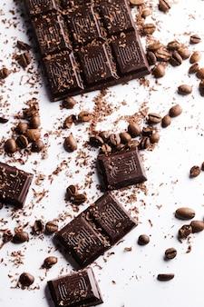 Barra de chocolate e grãos de café