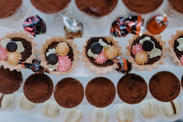 Barra de chocolate em um evento. mesa de sobremesas com doces.