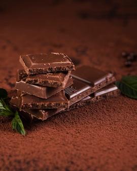 Barra de chocolate escuro ou cacau em pó
