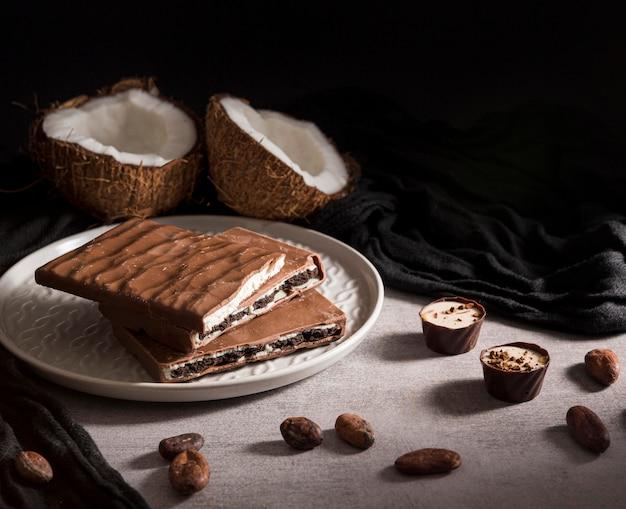 Barra de chocolate fatiada no prato