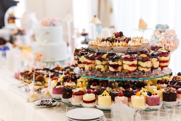 Barra de chocolate. mesa com doces diferentes para festa. mesa de sobremesa para festa de casamento. decorado delicioso. doces, doces, sobremesas, cupcakes, tortinhas, biscoito, bolos e muffins.
