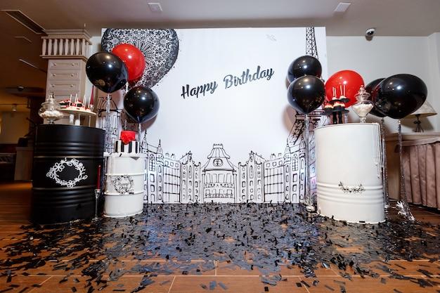 Barra de chocolate na festa de aniversário da mulher com bolo grande