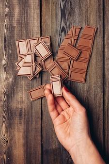 Barra de chocolate na mão