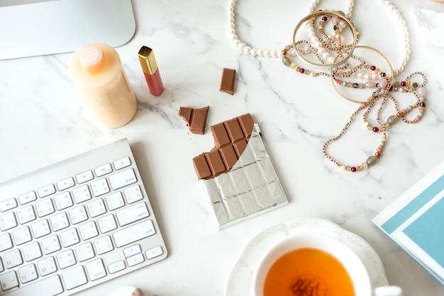Barra de chocolate na mesa de mármore