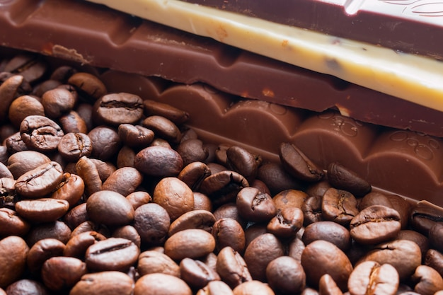 Barra de chocolate no foco seletivo de feijão cfee