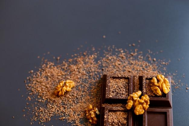Barra de chocolate, nozes e lascas de chocolate