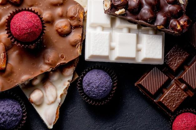 Barra de chocolate, pedaços triturados de chocolate amargo e nozes