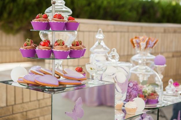 Barra de chocolate rosa. a decoração da mesa do feriado