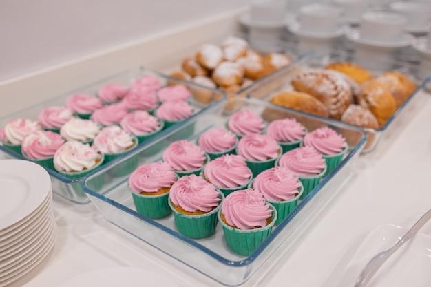 Barra de chocolate rosa em uma festa de aniversário.