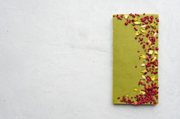 Barra de chocolate verde matcha com bagas de goji