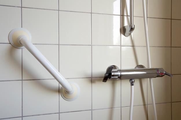 Barra de chuveiro e corrimão para idosos no banheiro de hospital ou casa de repouso