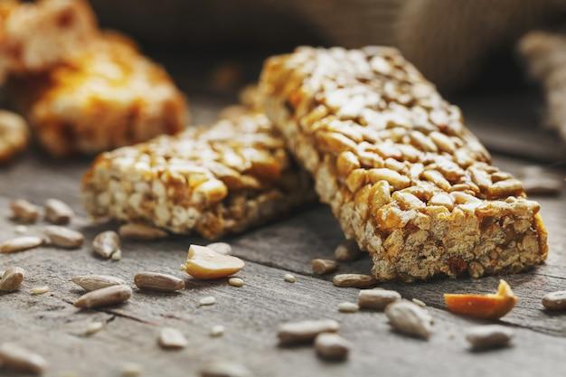 Barra de doces de sementes de girassol. deliciosos doces orientais gozinaki de sementes de girassol, gergelim e amendoim, coberto com mel com uma cobertura brilhante