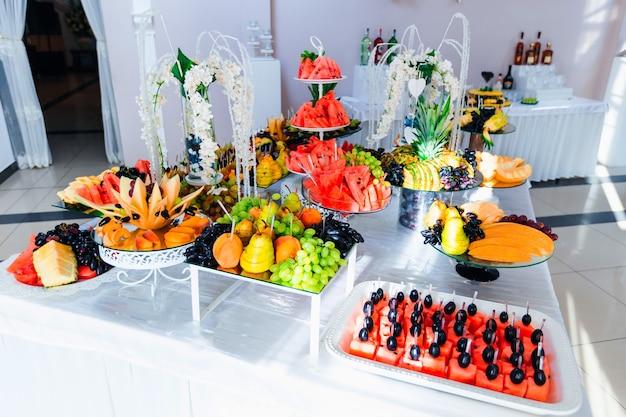Barra de frutas no salão do restaurante para recepção de casamento catering de luxo