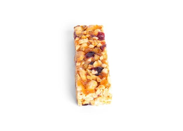 Barra de granola com nozes e frutas secas isoladas em um fundo branco. foto de alta qualidade