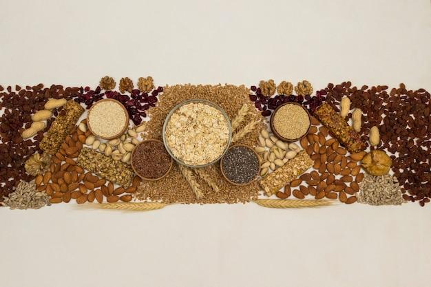 Barra de granola de proteína balanceada. nozes, sementes, cereais em fundo de madeira. comida vegetariana de dieta saudável.