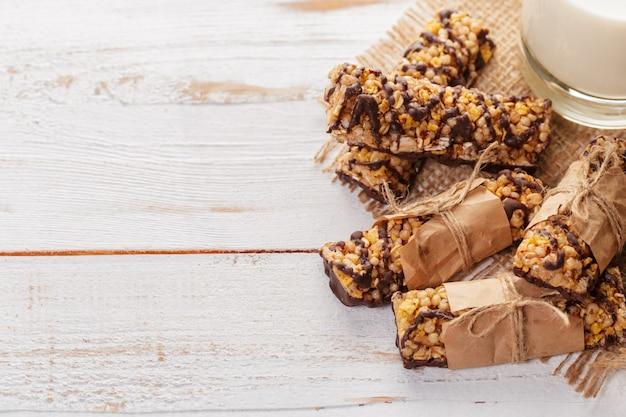 Barra de granola em fundo de madeira
