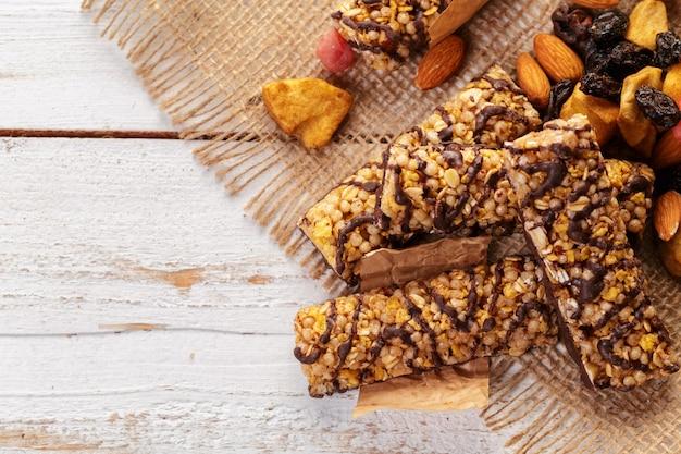 Barra de granola na mesa de madeira