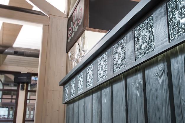 Barra de madeira com ladrilhos cerâmicos