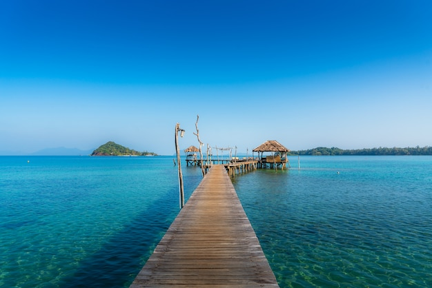 Barra de madeira no mar e cabana com o céu claro em koh mak em trat, tailândia. verão, viagens, férias e férias.