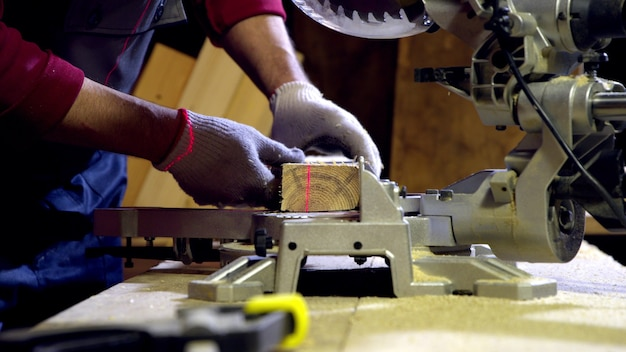 Barra de madeira processando marceneiro masculino