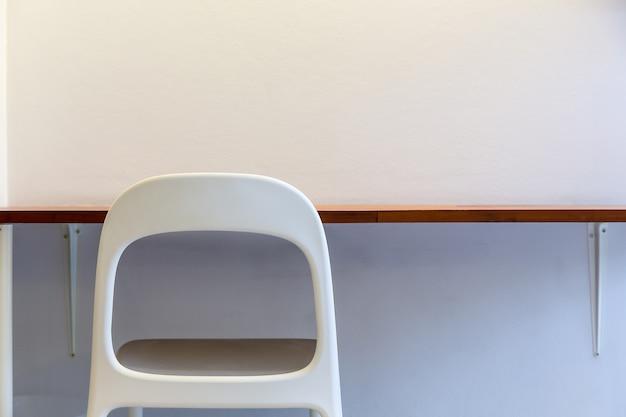 Barra de mesa de trabalho com cadeira branca