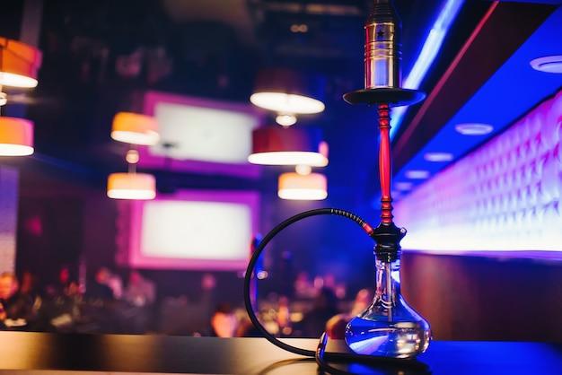 Barra de narguilé com uma bela lâmpada clara para fumar tabaco e relaxar