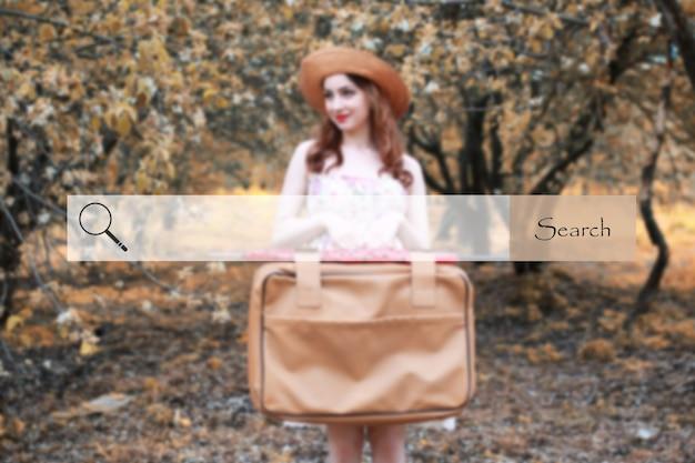 Barra de pesquisa no fundo, foto desfocada de garota com mala de couro para viajar