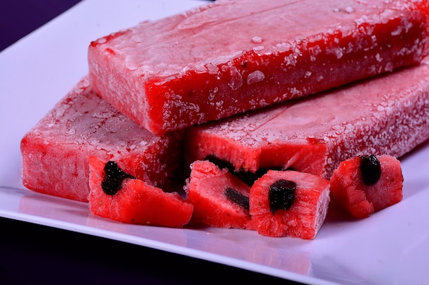Barra de sorvete com palitos de morango, sobremesa deliciosa, picolé doce