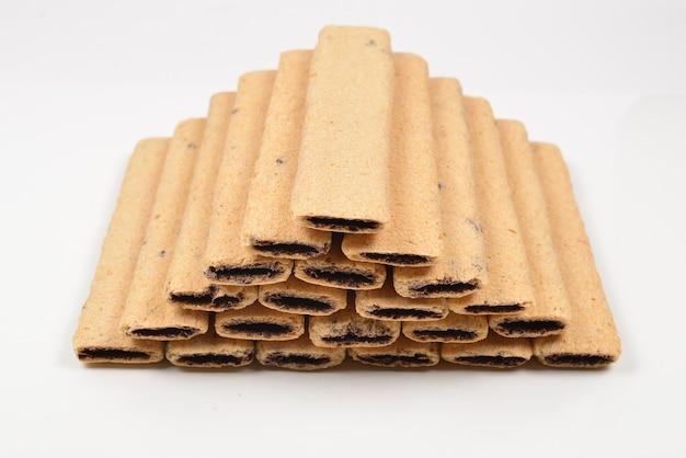 Barra de waffle com geléia isolada no branco. pirâmide de waffers.