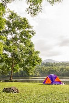 Barraca da abóbada que acampa no lado do lago