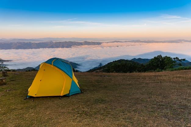 Barraca de acampamento amarela no gramado