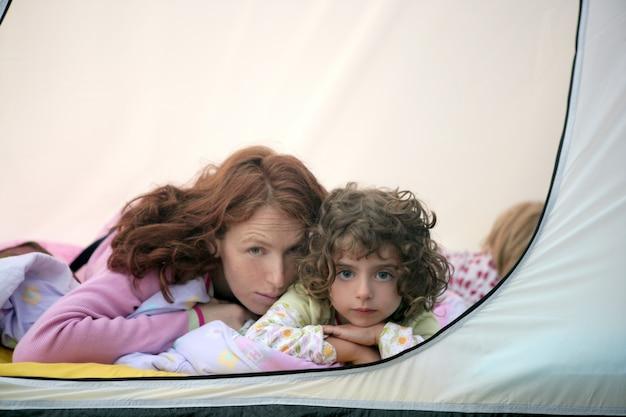 Barraca de acampamento de férias com a mãe e filhas
